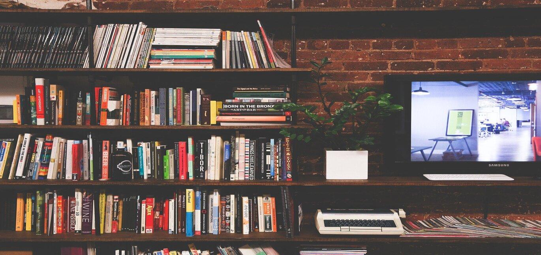 本棚いっぱいに並んだ本