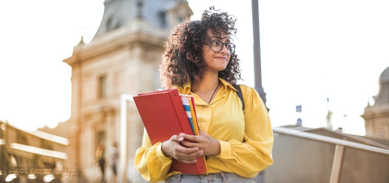 ノートを持つ女子学生