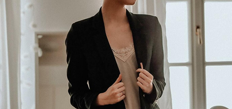 女性スーツのインナー
